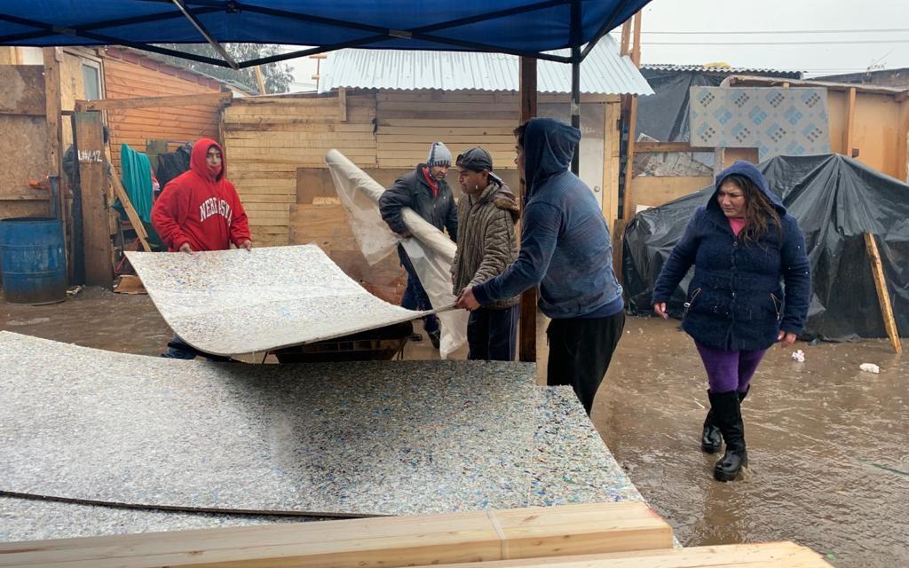 Más de 50 familias logran revestir su casa con chapas ecológicas tras cierre de campaña #MiCajaAbrigaUnaCasa