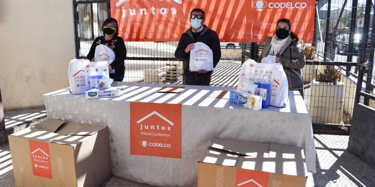 """Locatarios de la """"feria de Las Pulgas"""" de Calama recibieron 380 kits con insumos sanitarios"""