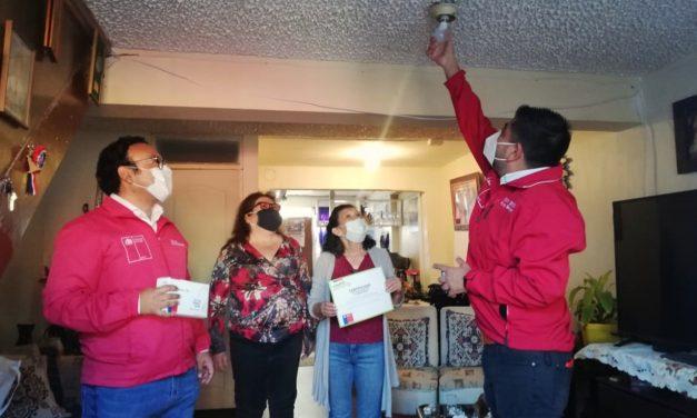 Autoridades entregaron a 40 familias de la Población Peña Blanca de Antofagasta kits de ahorro energético