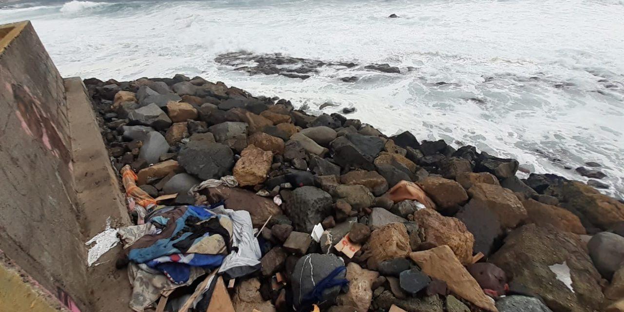 Maletas, ropa y frazadas: los nuevos desechos que se acumulan en playas de Antofagasta